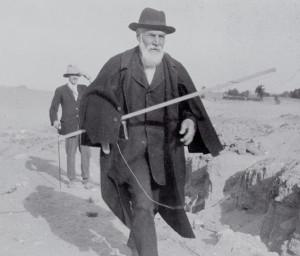 Sir William Matthew Flinders Petrie podczas wykopalisk w Abydos