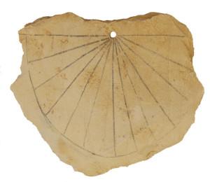 Zegar słoneczny z XIII wieku p.n.e. odkryty w Dolinie Królów. Za: www.archaeology.org