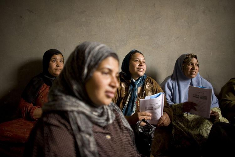Kobiety czekające na naukę czytania i pisania. Źródło:  http://egyptianstreets.com/2014/09/09/more-than-25-of-egypts-population-illiterate/