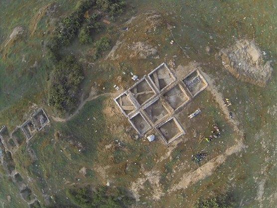 Teren wykopalisk widziany z góry. Źródło: https://www.facebook.com/TRONEarcheo?fref=photo