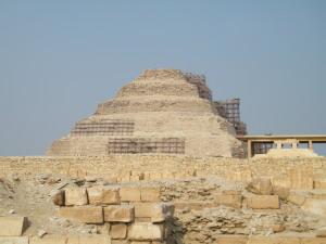 Piramida Schodkowa Dżosera w czasie niedawnego remontu bryły. Fot. NMD