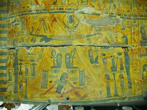 Powierzchnia sarkofagu z XXI dyn. Fot. A. Niwiński